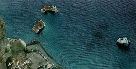 El archipiélago de Alhucemas, con la isla de Tierra (izquierda), la de Mar y el Peñón (derecha).