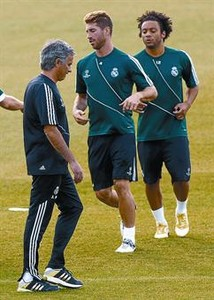 Mourinho, junto a Ramos y Marcelo, en el entrenamiento de ayer.