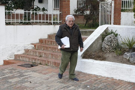 Alfons Torrus, el cura de Sant Cebri, sale de su casa para oficiar la misa de las 8.30 horas, ayer. 