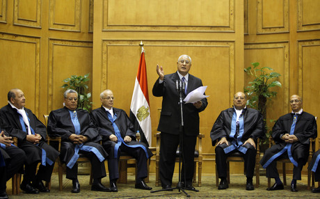 Mansur, rodeado por jueces del Constitucional, durante la jura del cargo, en El Cairo.