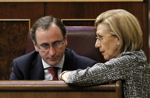 Rosa Díez, impulsora de la proposición contra la consulta, habla con Alfonso Alonso, del PP, este jueves en el Congreso.