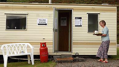 Una mujer lleva t� a un centro de votaci�n instalado en una caravana en la regi�n de las Highlands, en el norte de Escocia.