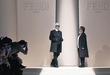 Lagerfeld y Silvia Venturini, dise�adora de Fendi, en la pasarela de Mil�n al terminar el desfile de la firma italiana, el pasado 26 de febrero.
