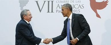 ra�l Castro y Barack Obama se saludan durante la cumbre de las Am�ricas de Panam�, el pasado abril.