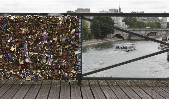 Retirada de los candados del puente de las Artes en París (4)