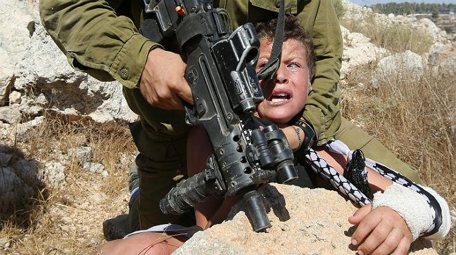 Vídeo del soldado israelí reduciendo por la fuerza a un niño palestino en Cisjordania.