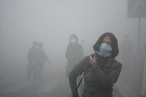 Una mujer sufre la contaminación en Harbin, al norte de China.