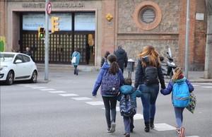 Entrada de la calle de Roger de Flor a la escuela Immaculada de los Maristas, en el Eixample,