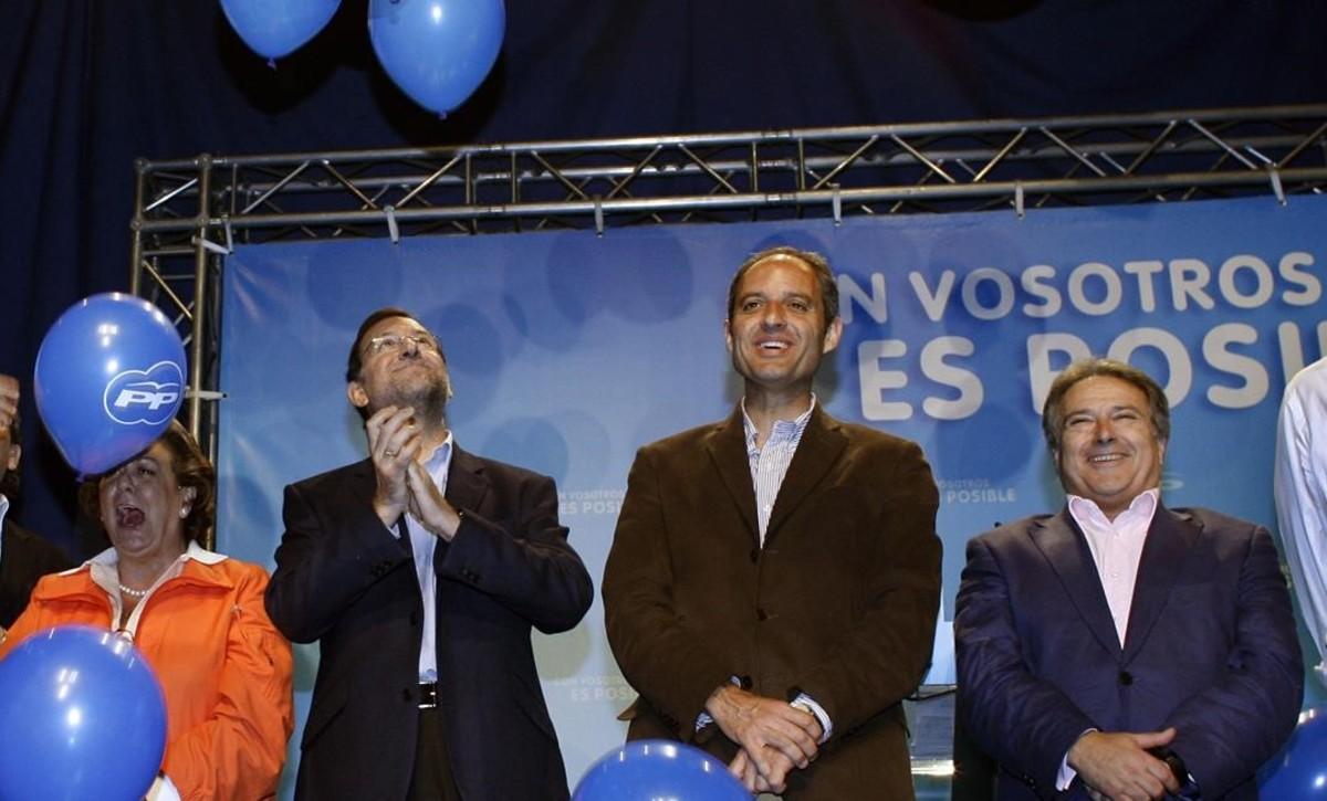 Mariano Rajoy, entre Rita Barberá, Francisco Camps y Alfonso Rus, en un acto del PP valenciano, en mayo del 2008.