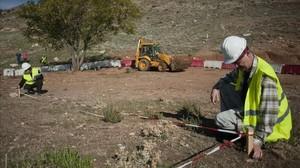 Técnicos inspeccionando el terreno donde se supone podría estar la fosa de García Lorca, el pasado noviembre.
