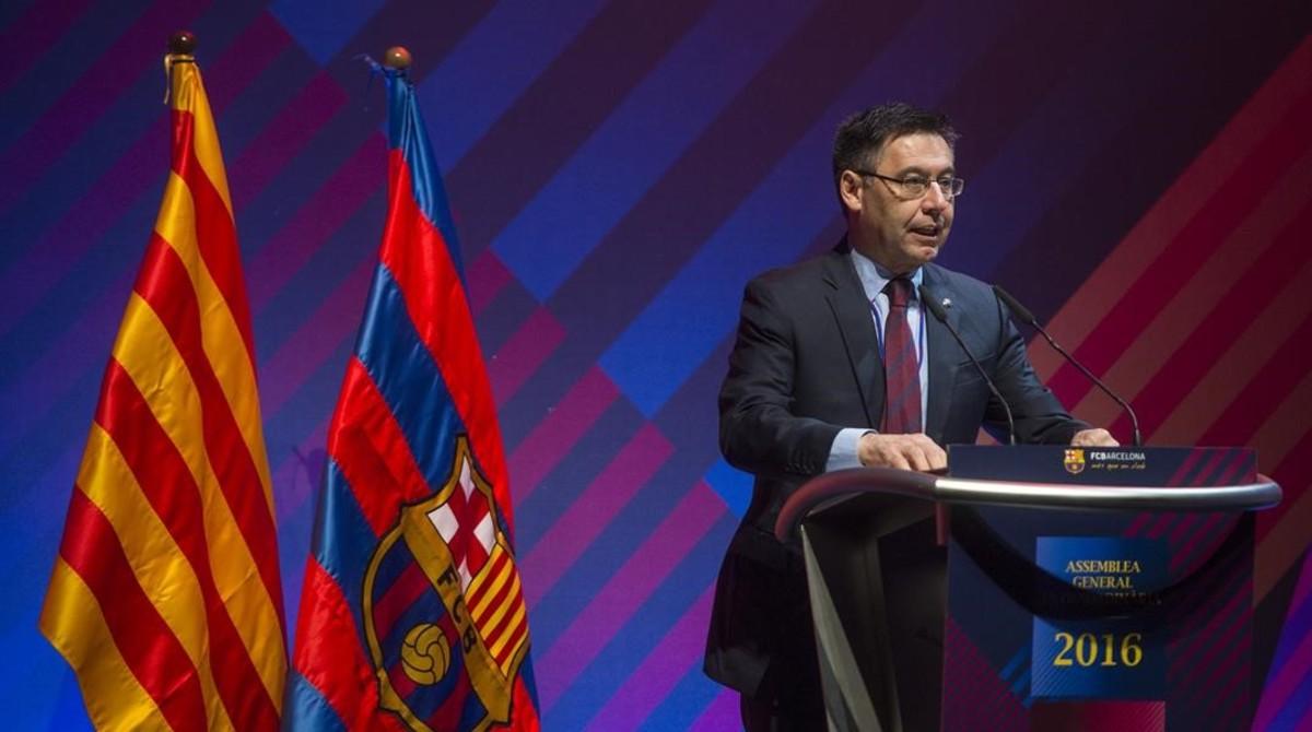 Josep Maria Bartomeu se dirige a la asamblea del FC Barcelona en el Palau de Congressos.