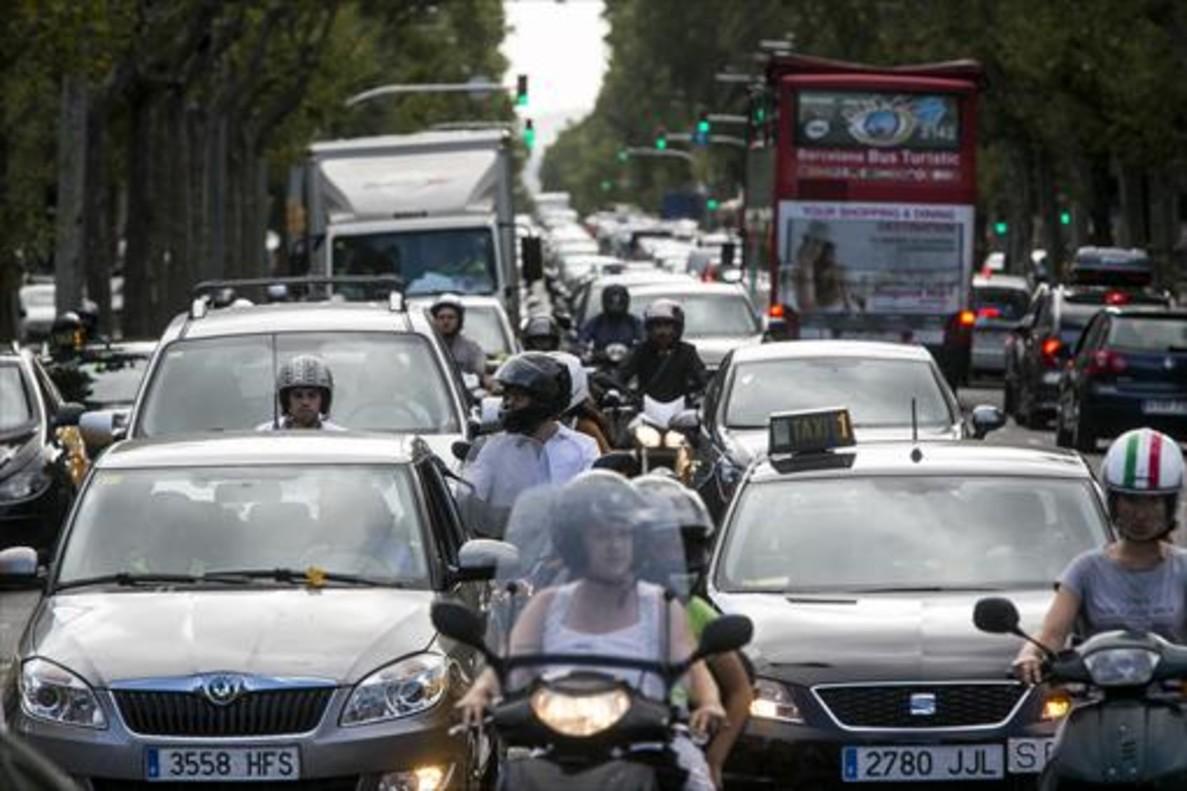Atasco de motos y coches en Diagonal-paseo de Gràcia.
