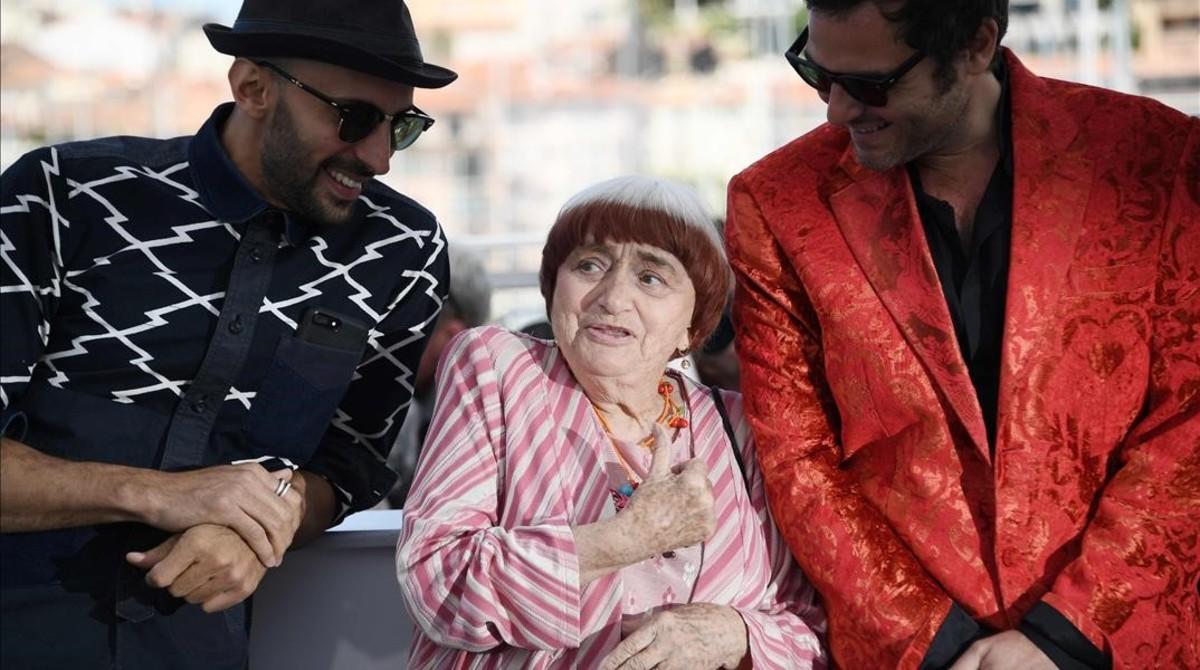 El fotógrafo JR, la directora Agnès Varda y el músico Matthieu Chedid (M), en la presentación de Visages villages en Cannes.