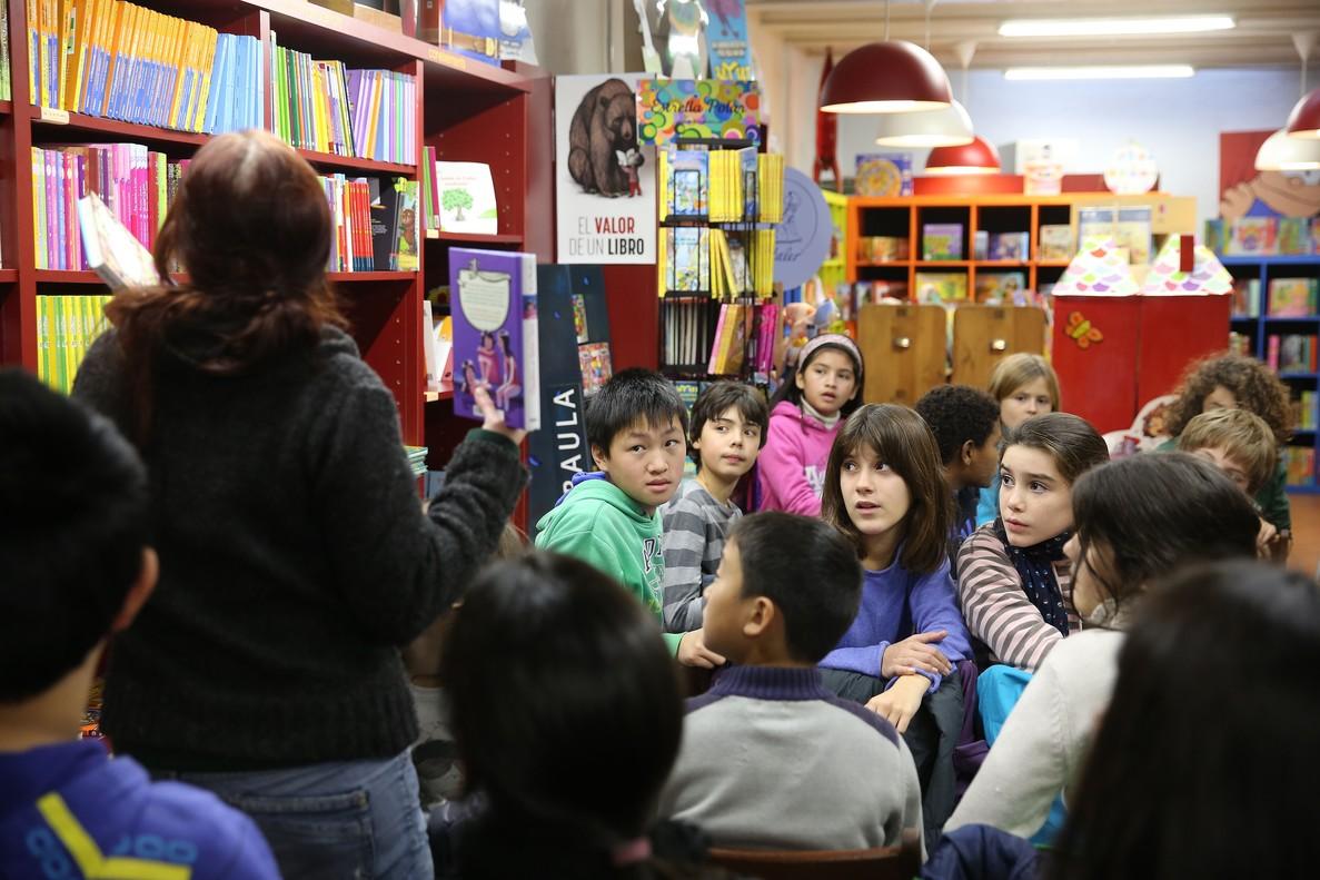 Club de lectura de niños de 11 años en la librería La Caixa dEines.