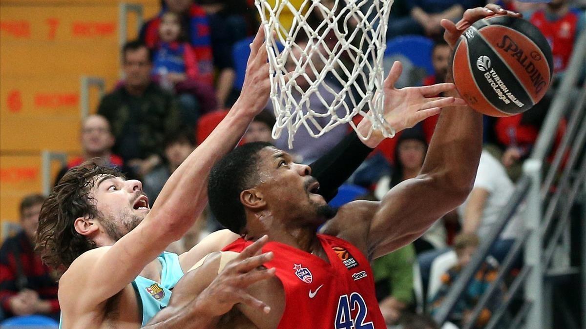 Tomic y Hines luchan bajo el aro, en el CSKA-Barça de la ida.