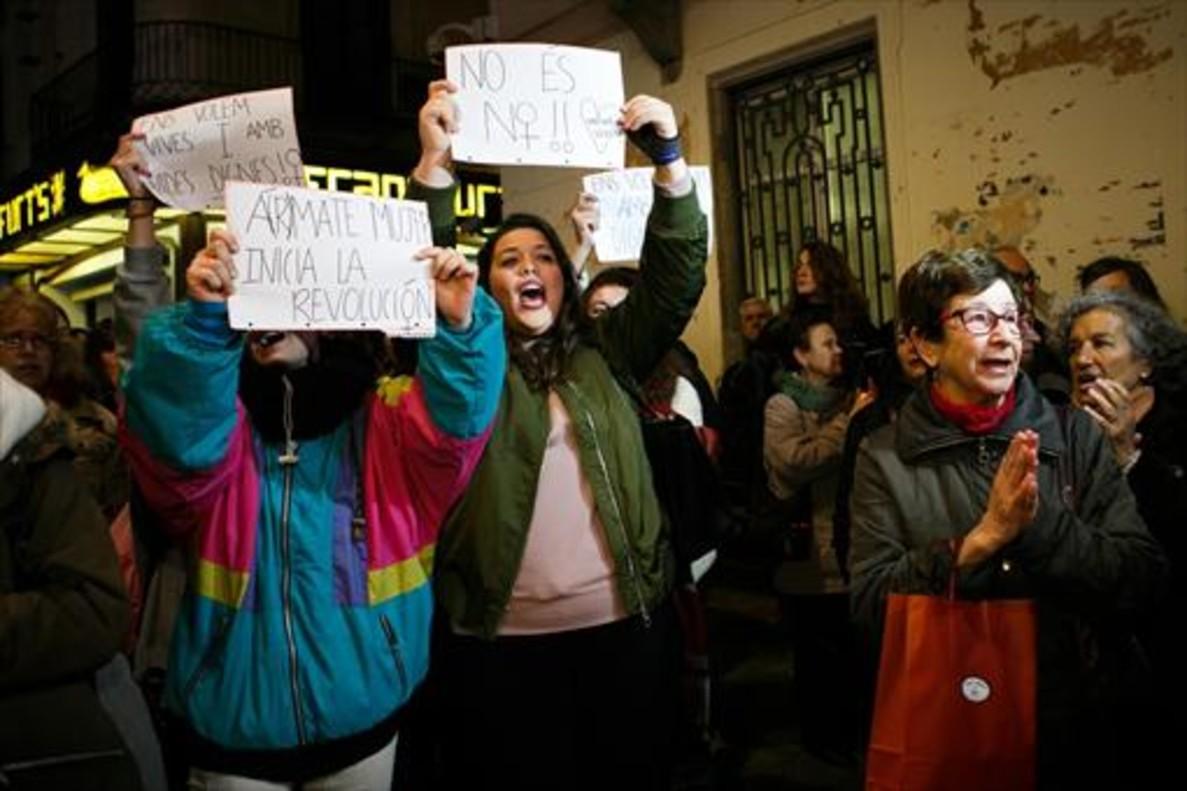 Concentración de protesta, ayer, ante el Ayuntamiento de Mataró.