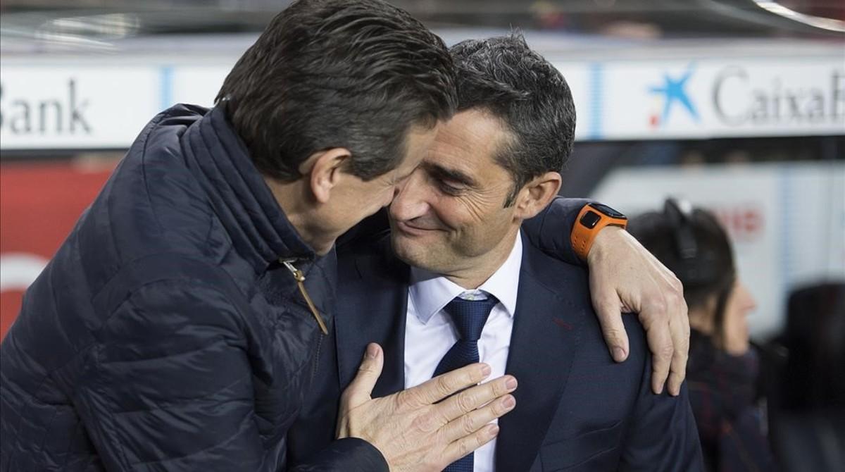 Ernesto Valverde y Juan Carlos Unzué se saludan antes del Barça-Celta de Copa.