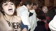 Activistes de Femen aborden Rouco amb el tors nu a favor de l'avortament