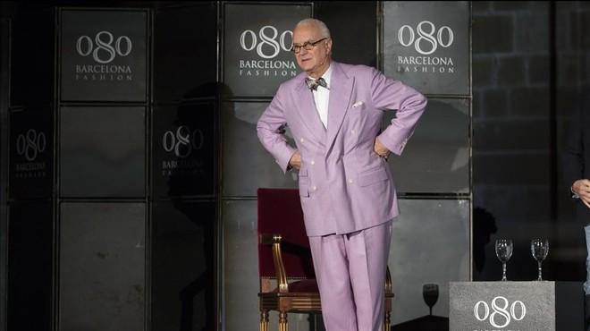 Manolo Blahnik posa en el marco de la pasarela 080 Barcelona Fashion, en la Llotja de Mar.