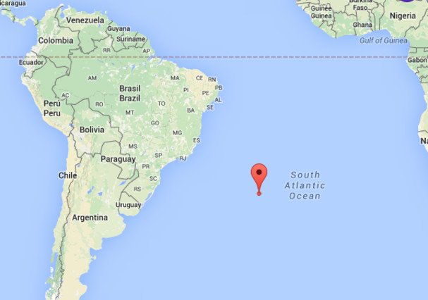 Una gran bola de fuego explota sobre el Atlántico sur