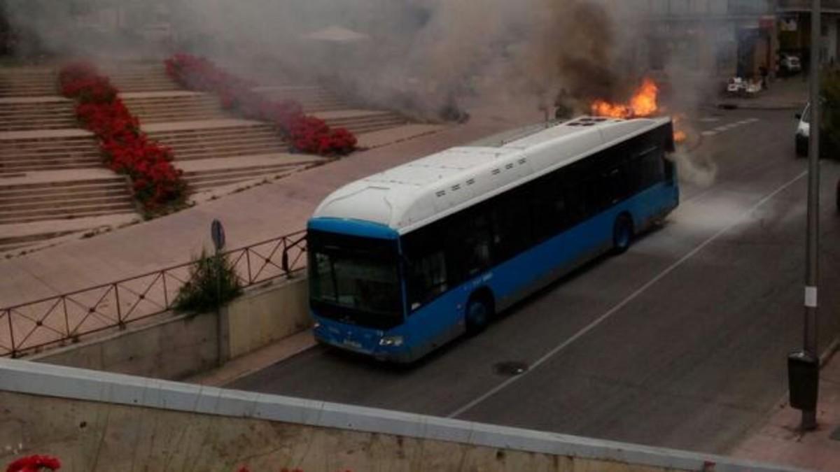 Así arde y explota un autobús urbano en las calles de Madrid