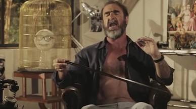Cantona, en un momento de la grabación cantando el 'WillGrigg's on fire'.