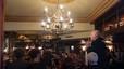 Corbyn se'n va de festa a un pub per celebrar la seva victòria