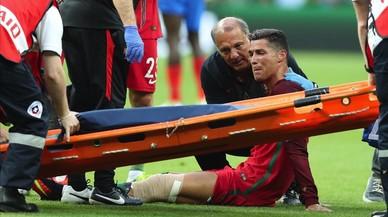 Cristiano Ronaldo llora mientras la camilla se acerca para sacarle del campo lesionado durante la final de la Eurocopa entre Portugal y Francia.