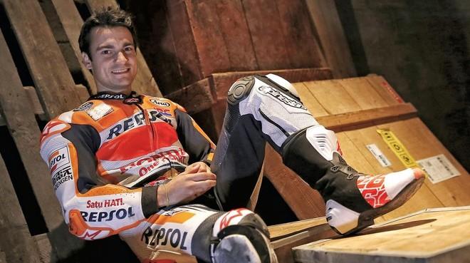 Dani Pedrosa, posa para la entrevista con su equipo, en Catar.