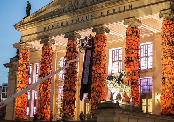 Ai Weiwei llena de chalecos Berl�n en recuerdo de los refugiados