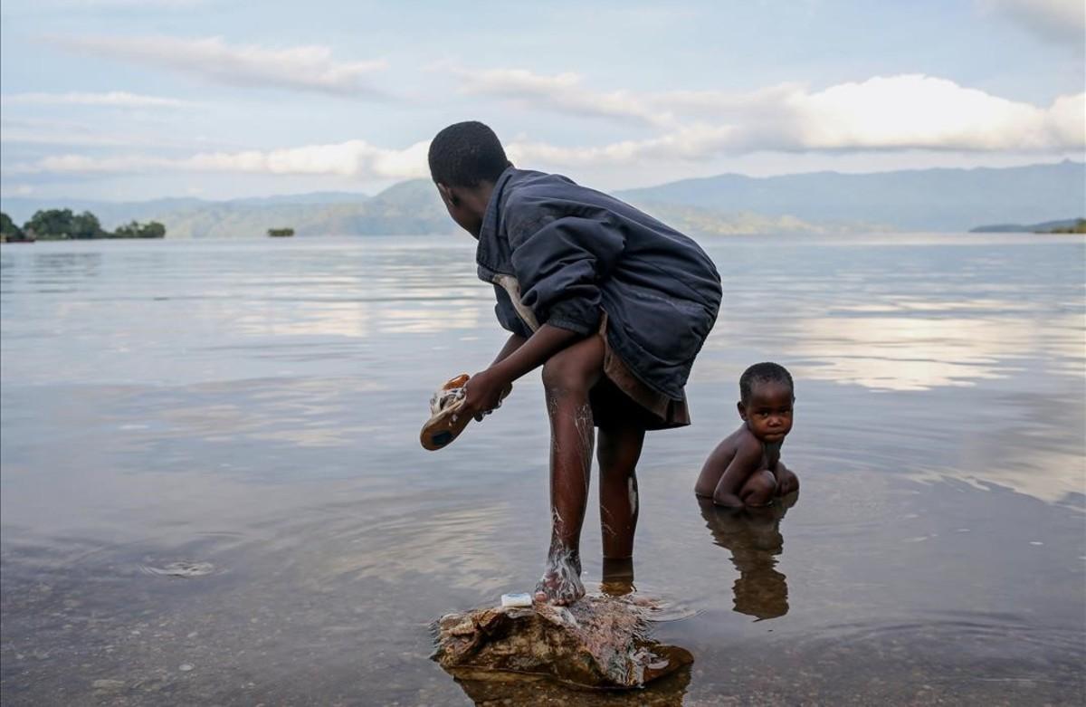 Els nens de Bahavu es renten al llac Kivu, a l'illa d'Idjwi, a la República Democràtica del Congo.