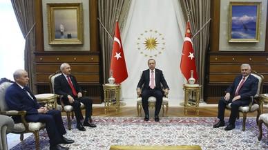 Erdogan se re�ne con l�deres del partido gobernante y de dos opositores, en Ankara, este lunes.