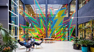 Estudiantes de diseño de LCI Barcelona conversan en uno de los espacios del campus