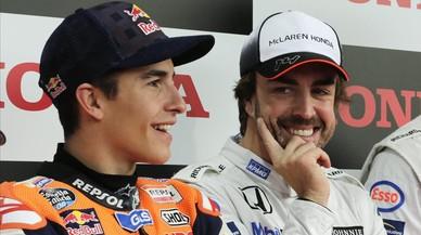 Fernando Alonso, junto a Marc Márquez, en Motegi (Japón).