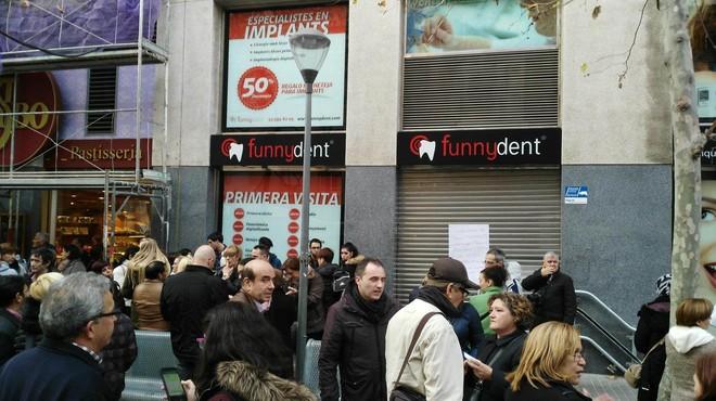 Foto publicada en Facebook de la concentraci�n en Sabadell de los afectados por el cierre de Funnydent.