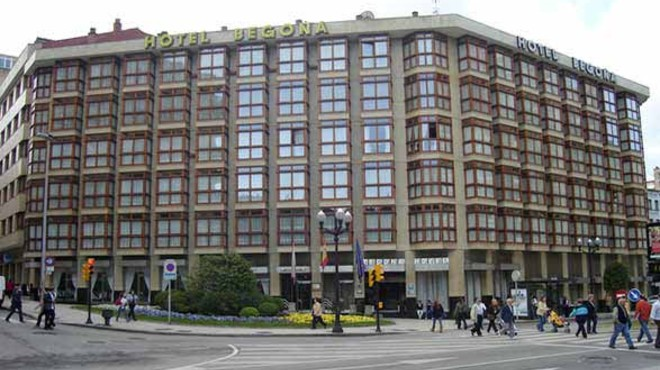 Un home mor en el seu comiat de solter al caure del cinquè pis d'un hotel a Gijón