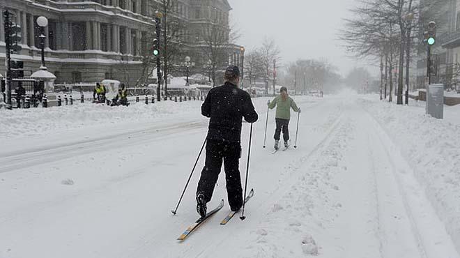 El centro de las ciudades se convierten en pistas de esquí, con trineos y motos acuáticas.
