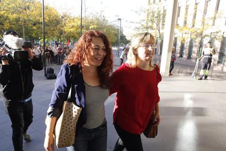 Laura (izquierda) y Eva acceden a las depedencias judiciales.