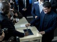 Manuel Valls vota en la primera vuelta de las primarias de la izquierda francesa.