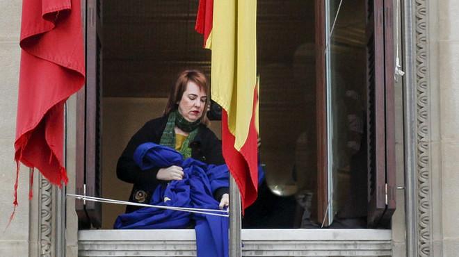 El Parlament de Navarra treu la bandera de la Unió Europea en protesta per l'acord sobre els refugiats