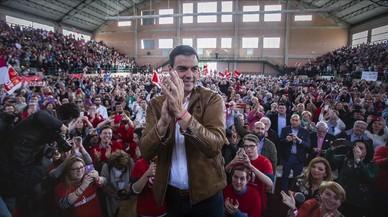 Pedro Sánchez, aplaudido por los simpatizantes socialistasen el pabellón deportivo de Burjassot (Valencia).