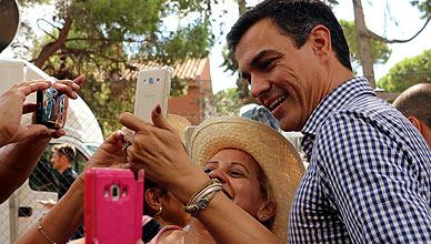 Pedro S�nchez y una simpatizante socialista, en la Festa de la Rosa del PSC.