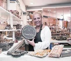 Tere Moreno, propietària d'El Tio Che, amb els seus torrons artesanals.