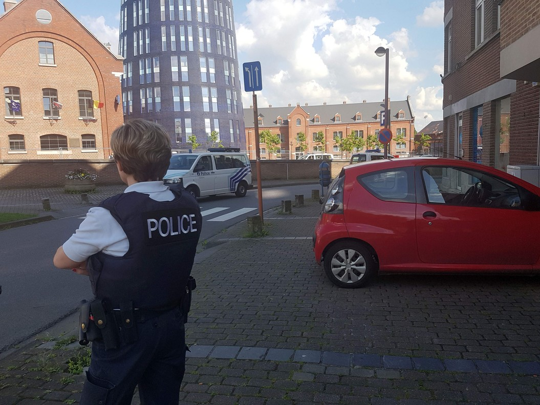 una-foto-tomada-con-movil-muestra-policia-cerca-del-lugar-donde-producido-ataque-1470500312750.jpg