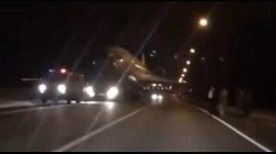 Un vídeo muestra a una aeronave siendo remolcada por una carretera convencional.
