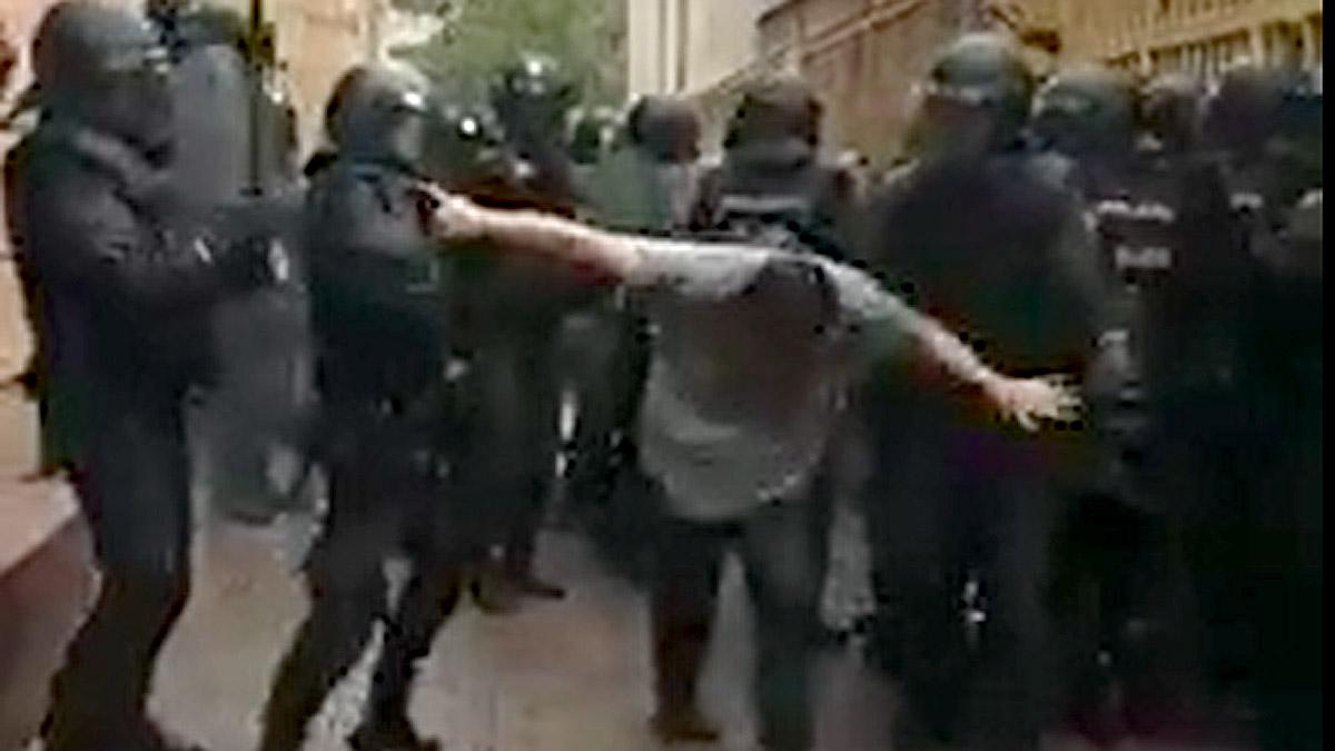 L'acarnissament de la policia amb un ciutadà l'1-O a l'escola Àgora