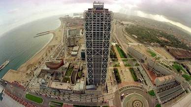 Vista aérea del Hotel Arts y parte de la villa olímpica de Poblemou en Barcelona.