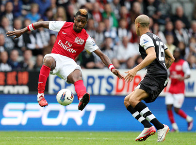 Alex Song (izquierda) disputa un bal�n con Gabriel Obertan, en un encuentro entre el Arsenal y el Newcastle United de la Premier League.