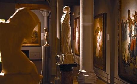 En el centro de la imagen, la escultura 'Ànima blanca', de Enric Clarasó, una de las nuevas adquisiciones del museo.