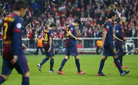 Los jugadores del Bar�a se retiran a los vestuarios tras el 4-0 ante el Bayern.